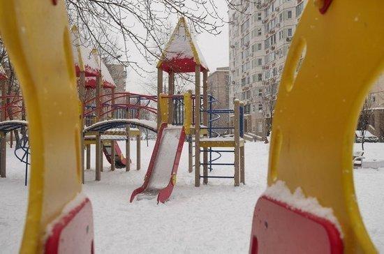 Роспотребнадзор запретил складывать снег в песочницы