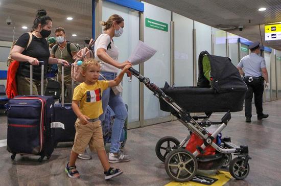 Правила выезда детей за границу собираются упростить