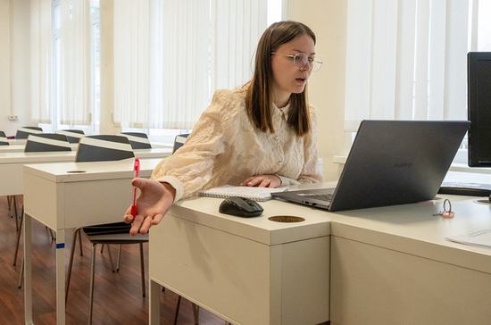 В Госдуме предложили повышать зарплату учителям за онлайн-уроки