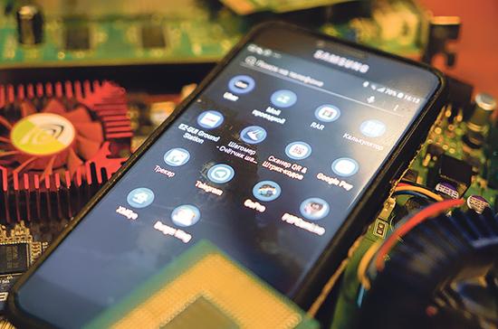 Минцифры разъяснило порядок предустановки российского поисковика на смартфоны