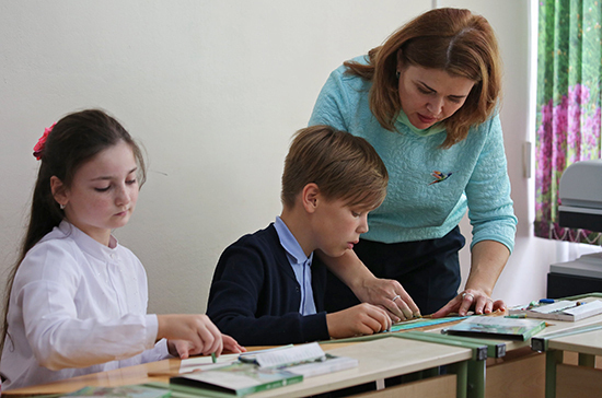 Минпросвещения подготовит предложения по поддержке учителей в селах