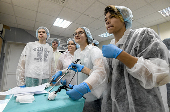 Путин поручил ввести выплаты медработникам за наставничество для студентов