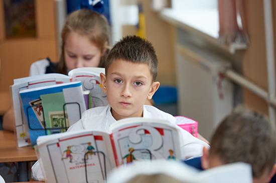 На портале госуслуг открыли запись детей в школу