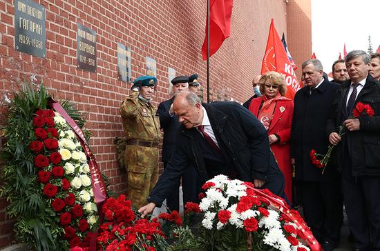 Коммунисты возложили цветы к могиле Гагарина