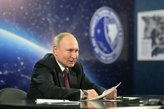 Путин предложил увеличить зарплату космонавтам