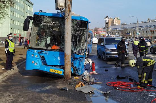В центре Москвы автобус врезался в мачту освещения