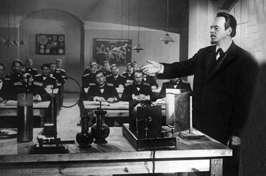 Попов изобрёл радио, наблюдая за грозами
