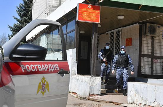 К охране школы в Казани, куда направили учеников после стрельбы, подключили силы Росгвардии