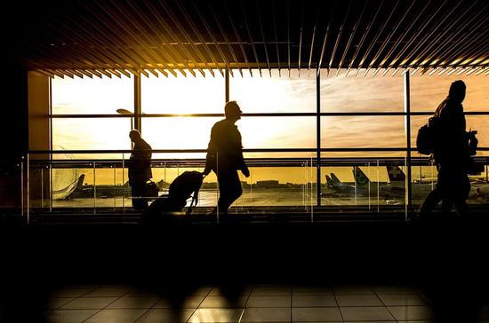 В России утвердили правила для курилок в жилых домах и аэропортах