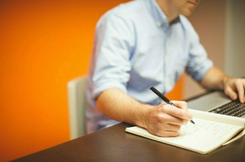 Терапевт назвал полезную для здоровья позу при работе в офисе