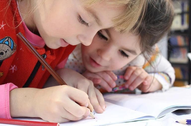 Детей в России предложили обеспечивать бесплатными игрушками и учебниками