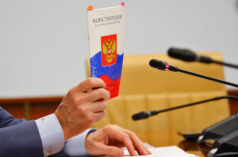 Россиянам будут вручать Конституцию при получении первого паспорта