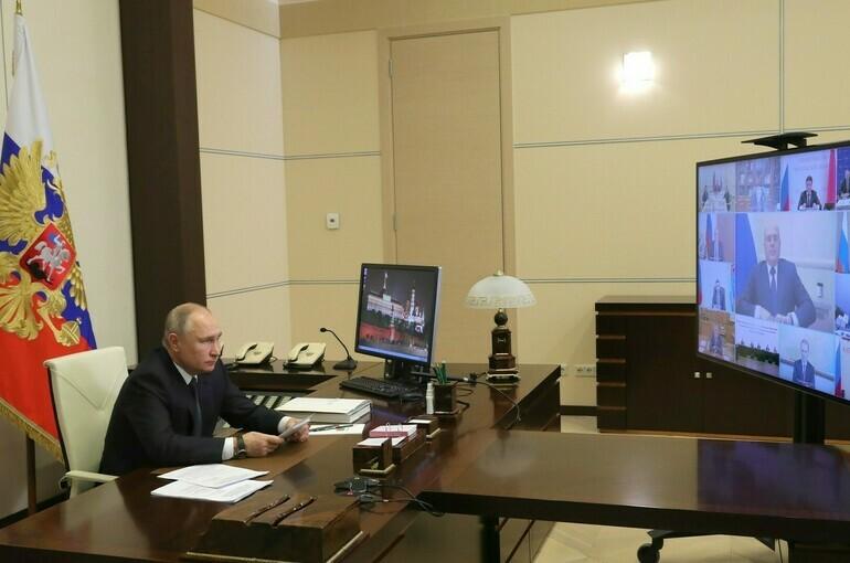 Обязательную вакцинацию от COVID-19 вводить нельзя, считает Путин