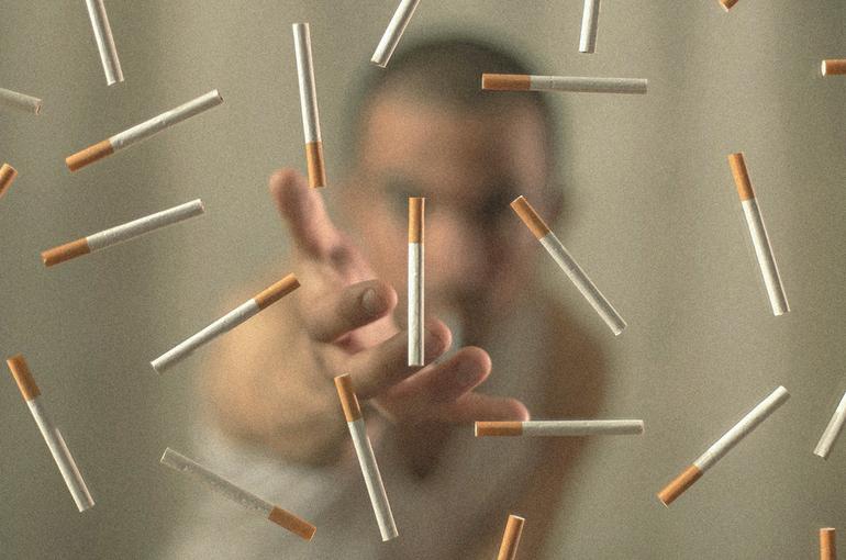 Адвокат объяснил, как взыскать компенсацию с курящих соседей