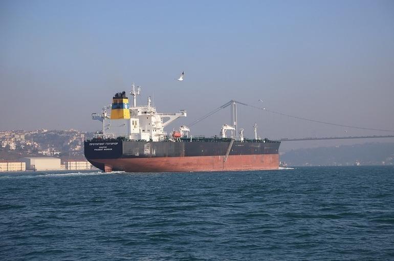 Дрейфующий танкер парализовал движение по Босфору