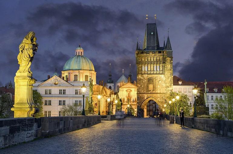 Первая группа российских дипломатов покинула Прагу