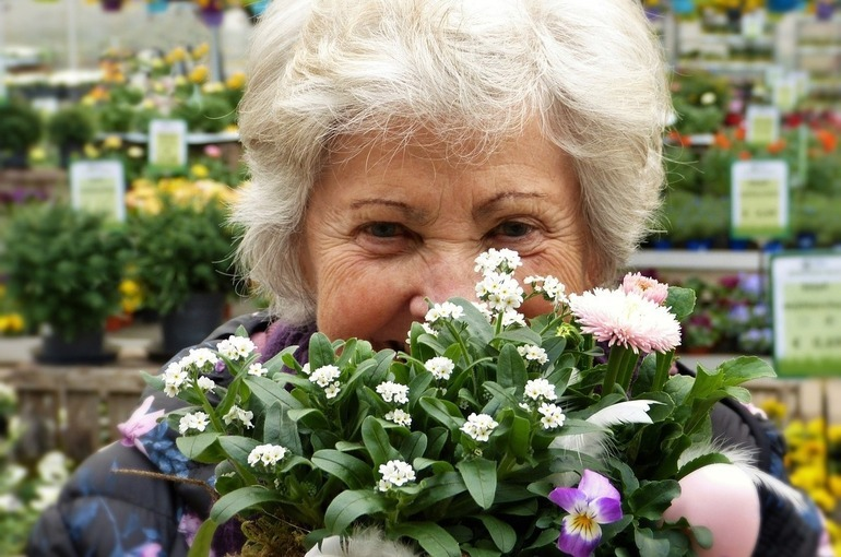 Пенсионерам в Иркутской области пообещали скидку в магазинах за прививку от коронавируса