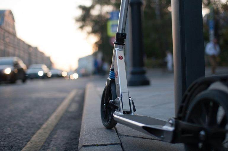 В Казани предлагают запретить ездить на самокатах по автодорогам ночью