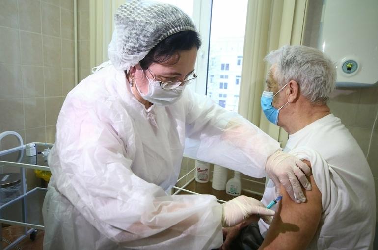 Пожилые переносят прививку от коронавируса легче молодых