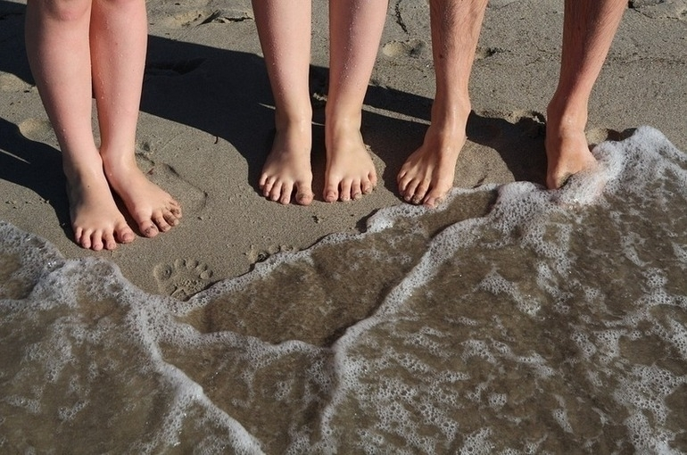 Роспотребнадзор попросили разрешить отдыхающим в лагерях детям купаться в море
