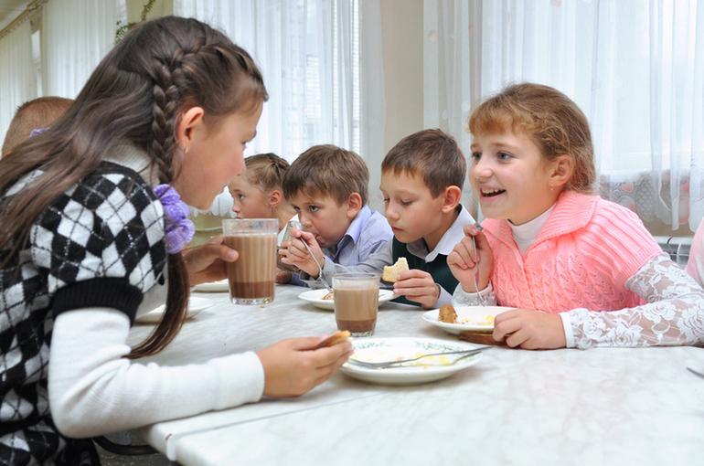 Минпросвещения: 99,5% школ готовы обеспечить учеников начальной школы горячим питанием