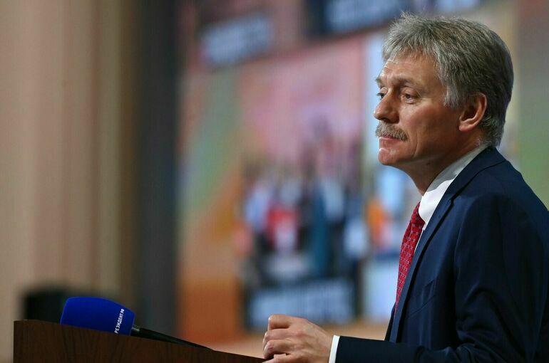 Россия выбирает наиболее подходящее для страны интернет-регулирование, заявил Песков