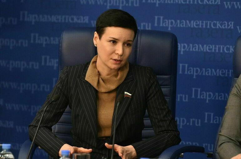 Цифровой гигиене нужно учить людей всех возрастов, считает сенатор Рукавишникова