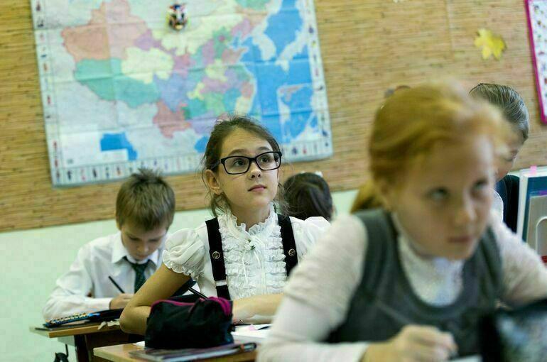 Опрос: почти 50% россиян положительно оценивают использование цифровых технологий в школе