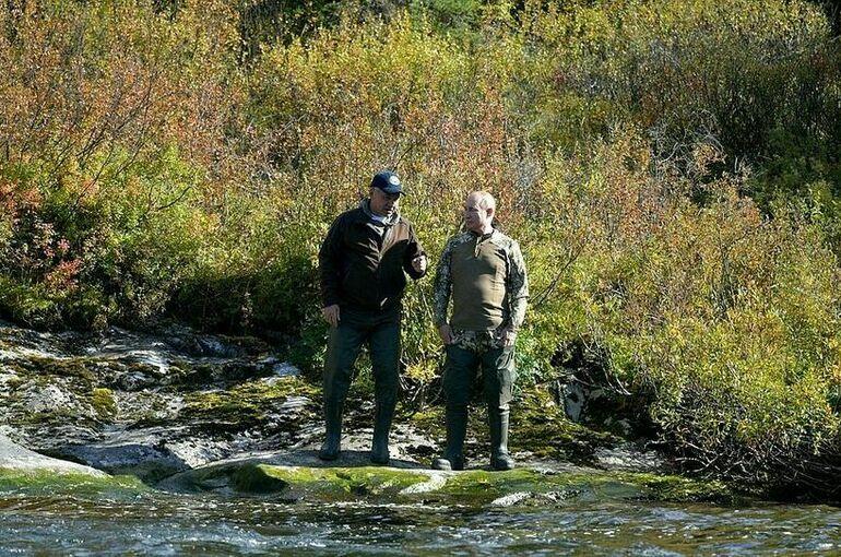 Опубликованы фотографии с отдыха Путина в Сибири