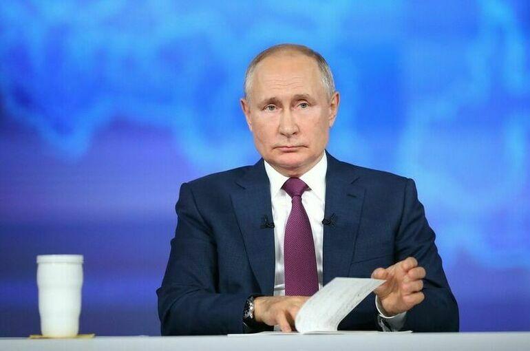 Путин поручил изучить возможность использования государственных флага и гимна в школах