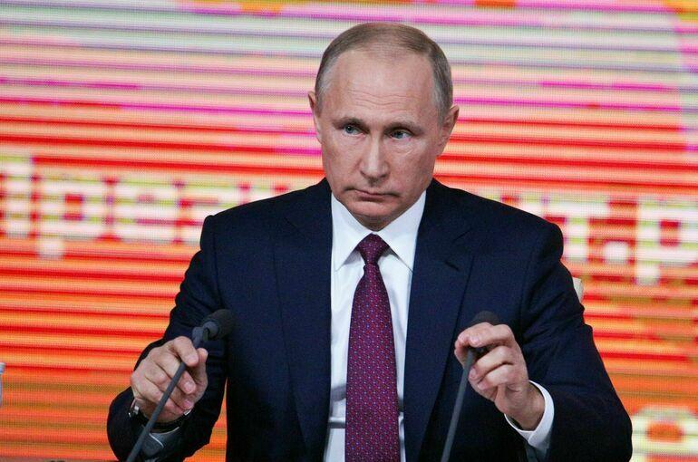 Женщины не должны выбирать между семьёй и профессией, заявил Путин