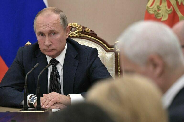 Президент попросил россиян обращаться к медикам за больничным, если кто-то из членов семьи заболел ковидом...