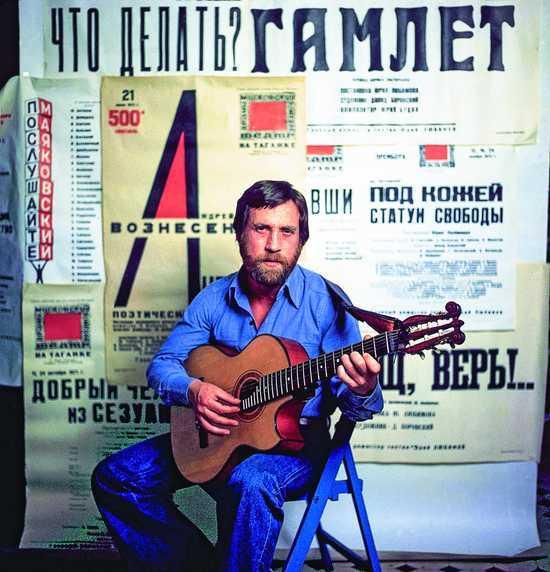 Актер и поэт Владимир Высоцкий на фоне афиш с репертуаром Театра на Таганке