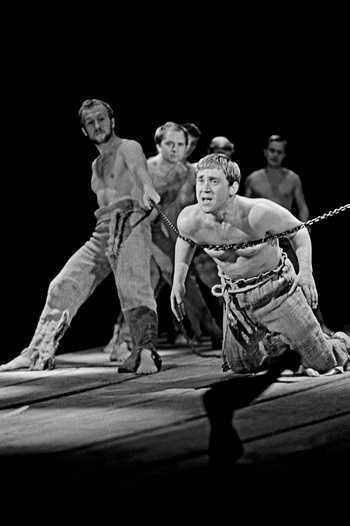 Сцена из спектакля «Пугачев» в Театре на Таганке. В роли Хлопуши – Владимир Высоцкий