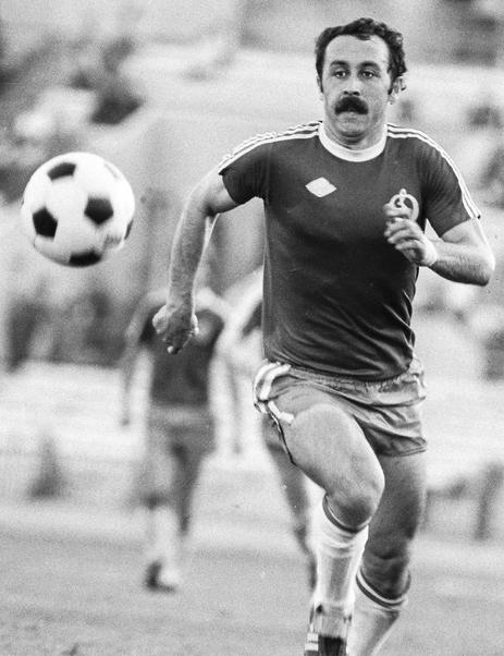 1981 г. В атаке игрок московского «Динамо» Валерий Газзаев