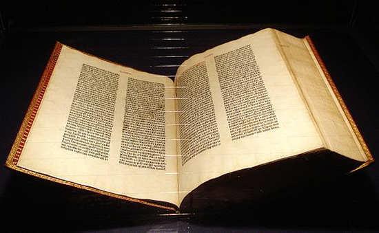 Библия Гутенберга. Экземпляр из музея в Майнце